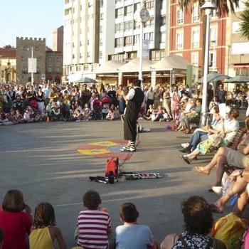 espectáculo de magia en la calle en Gijón