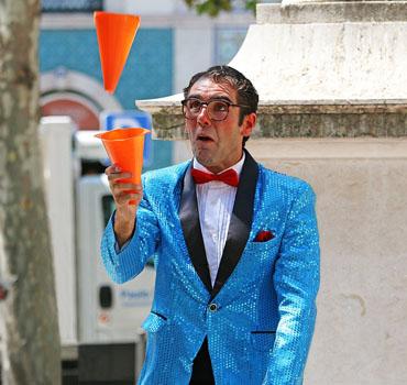 Mago para fiestas: Adrián Conde en acción en espectáculo de magia de calle