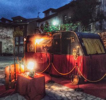 Un mago para fiestas de Halloween con la Petite Caravane