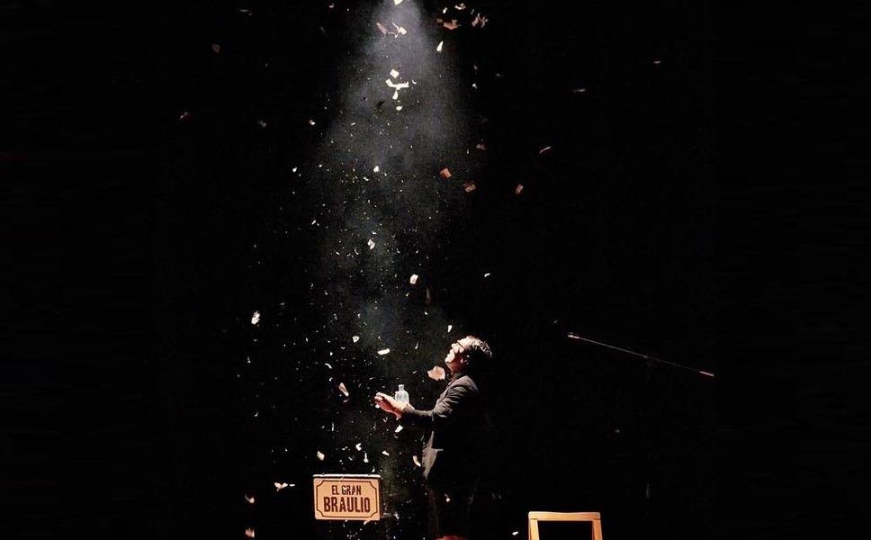 mago para fiestas Adrián Conde en el escenario